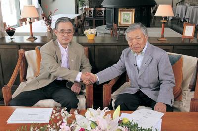 固い握手を交わす両会長(右:髙見会長、左:萬代会長)